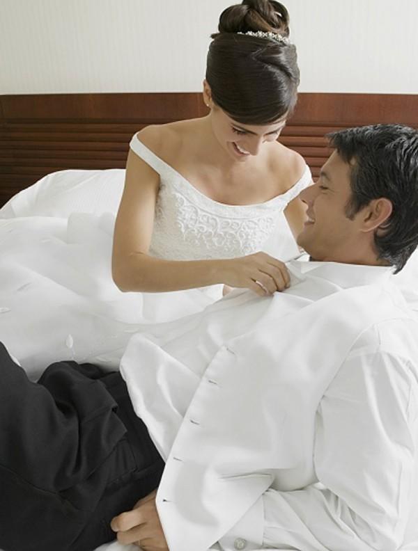 """Dù đã """"yêu"""" trước cả năm trời nhưng đêm tân hôn các cặp đôi """"ăn cơm trước kẻng"""" vẫn rất đáng nhớ."""